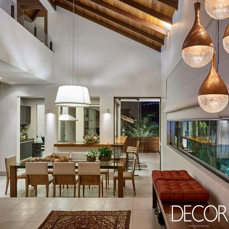 Residência AM, assinada pelo escritório Isabela Canaan Arquitetos e Associados, corresponde às solicitações do casal de proprietários em ter uma casa prática e acolhedora, com espaços para receber e uma decoração aconchegante e atemporal.
