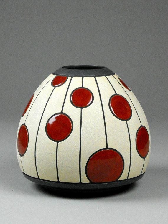 Vase Utskaret Prikker. Vase rouge et blanc avec motif à pois.