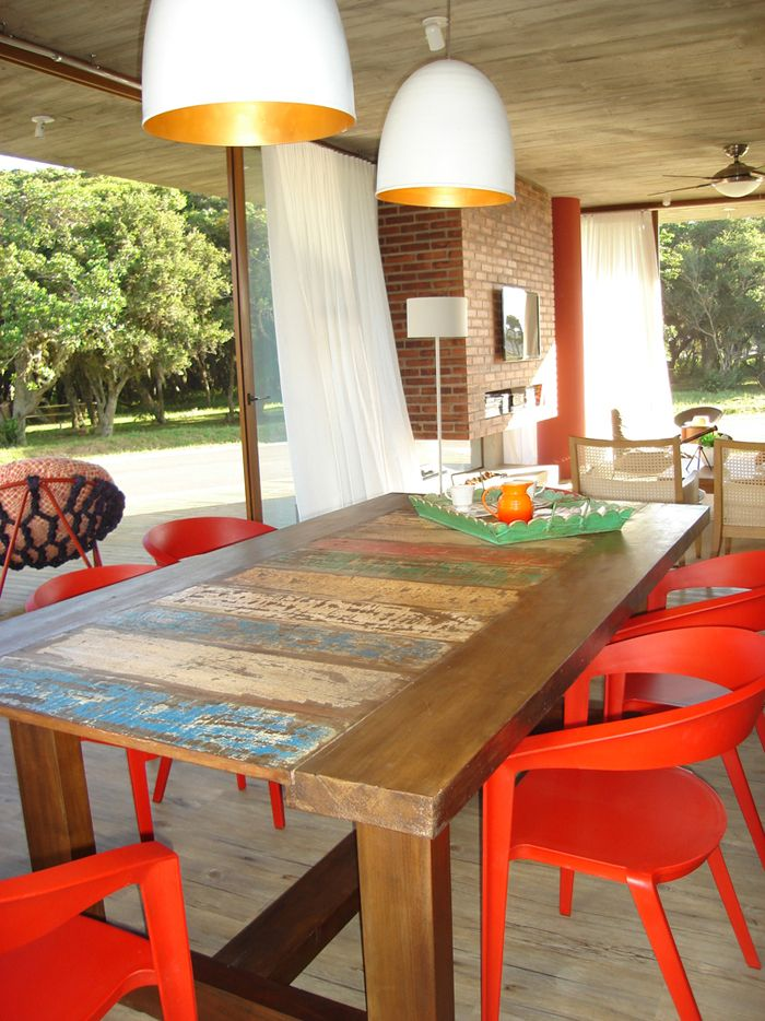 Lindas cadeiras vermelhas fazendo conjunto com a mesa pintada de forma rústica! Um must!