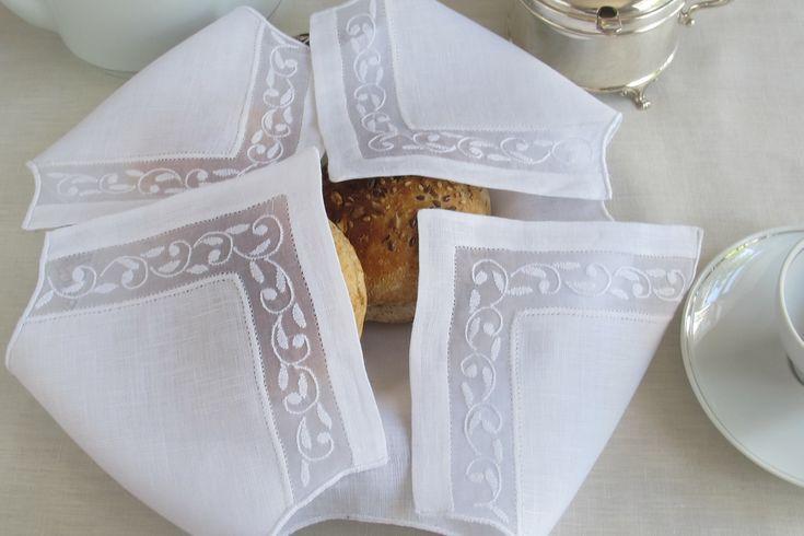 Pano do pão em linho e organdy bordado nos quatro cantos com ponto sombra e ponto francês.