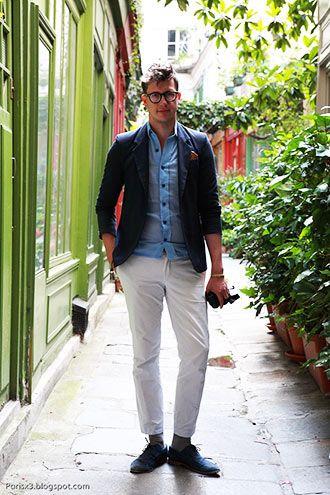 白パンツ初心者のメンズも難なく簡単に取り入れられるコーデです。明るいブルーのシャツに紺のジャケットを重ね、さらには靴も紺系を合わせることで、軽すぎず落ち着いた印象になっています。