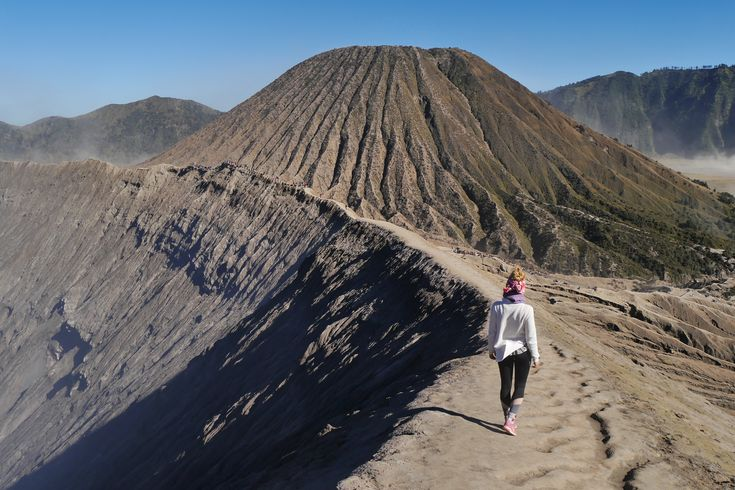 Am Rande des Vulkankraters Die indonesische Insel Java hat vor allem eines zu bieten: Vulkane Der tiefe Vulkankrater des Mt. Bromo beeindruckte mich am meisten auf meiner Reise.