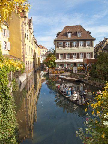 Colmar est la capitale du Centre Alsace. Cette ville est un concentré de charme qui allie un coté ville à un côté campagne sympathique. - Le quartier le plus typique et le plus appréciable : la Petite Venise. Il abritait autrefois les pêcheurs puis maraîchers et vignerons de la ville. Les petits canaux entrelacés sont à visiter en barque à fond plat sur la rivière Lauch - Toutes les annonces Dreamarent de location saisonnière en Alsace sur http://www.dreamarent.com/location-vacances/alsace/1