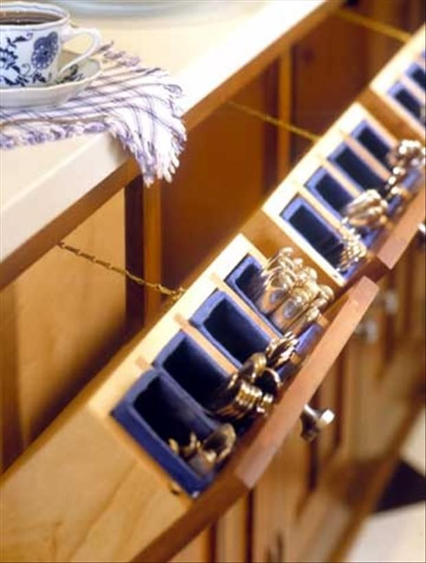 The silverware is stored in its own fold-up bin!