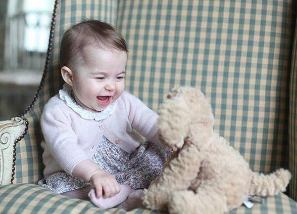 O Palácio de Kensington divulgou duas novas fotos da Princesa Charlotte, clicadas pela mamãe Kate Middleton.