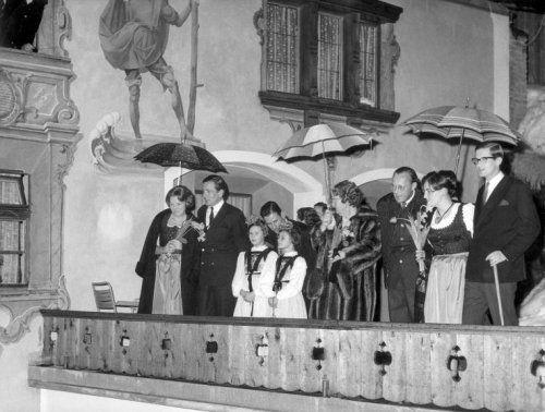 Prinses Beatrix viert op 31 januari 1966 haar 28ste verjaardag in Hotel Zur Post in Lech- Oostenrijk. De prinsesse Beatrix en Margriet zijn in traditionele Dirndl-jurken gestoken. Prins Claus, koningin Juliana, prins Bernhard en Pieter van Vollenhhoven zijn ook van de partij.