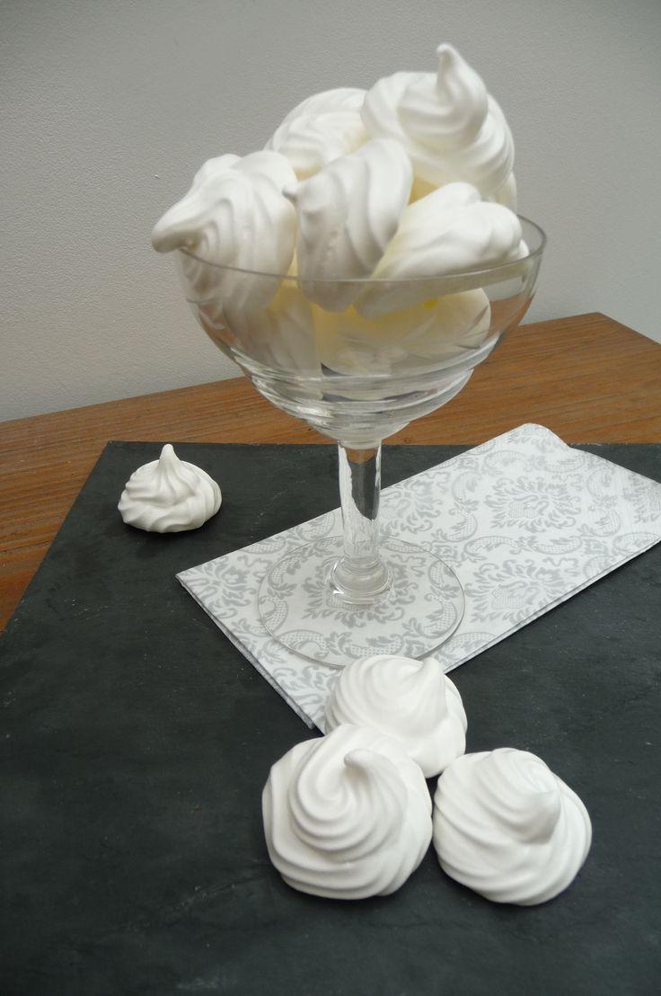 MERINGUE FRANCAISE (Pour 80 mini meringues : 125 g de blancs d'oeuf (4), 250 g de sucre en poudre, 1 trait de jus de citron)