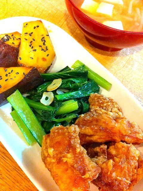 常総生協で買っている美味しい鶏のモモ肉を使って唐揚げ。さつま芋、小松菜、カブは有機野菜です(#^.^#) - 18件のもぐもぐ - 鶏の唐揚げ、小松菜の塩炒め、大学芋、もやしと豆腐とカブのお味噌汁。 by ぽにこ