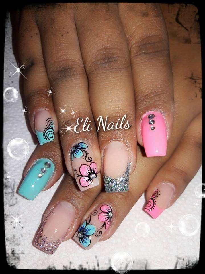 Diseños de uñas celeste y rosado