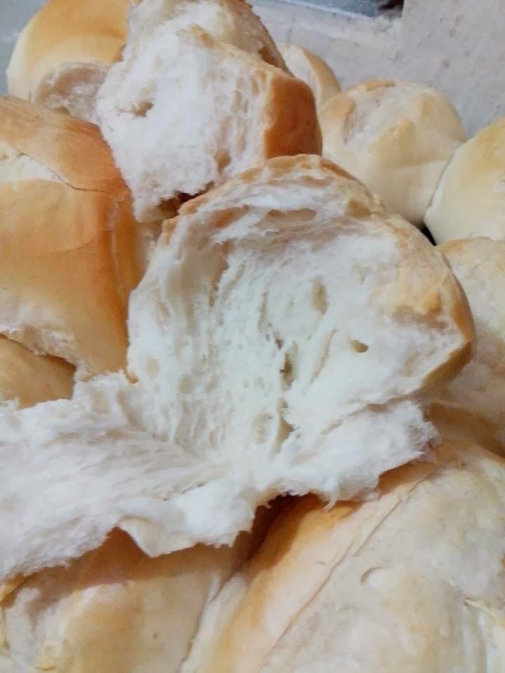 Para 1 kg de farinha de trigo vamos usar   1 xícara de água gelada 1 e ½ xícaras de água morna (somente para dissolver o...