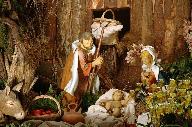 la-sagrada-familia-celebra-la-navidad-con-maria-y-jose-y-el-ni%C3%B1o-jesus.jpg (1600×1064)