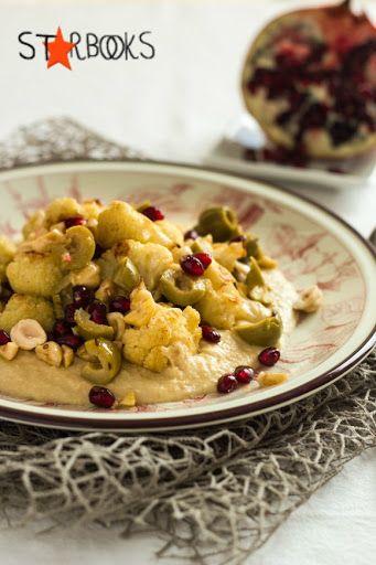 Cavolfiore arrosto con hummus di ceci, olive, noci e melagrana