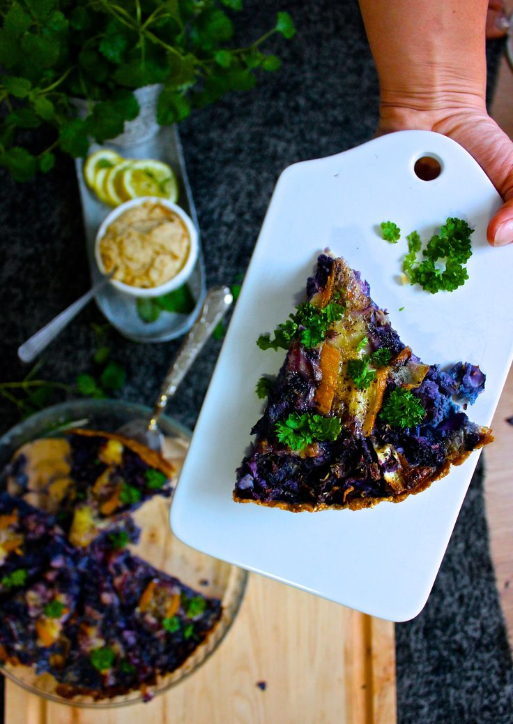 Ny vecka och nytt vegetariskt recept här på bloggen, idag blir det paj på rödkål medtryffelost och bönhummus Ingredienser Pajdeg 3 dl mandelmjöl 0,5 dl skalade sesamfrön 1 ägg...