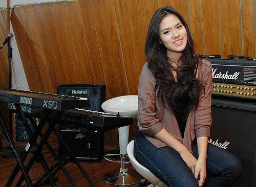 Once again, Raisa, your smile makes me melt. Oh God, she is so unexplainable :(