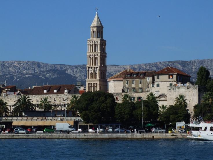 Es la principal ciudad de la región de Dalmacia, la capital del condado de Split-Dalmacia y la segunda ciudad más populosa del país tras Zagreb, de la que dista 380 km. Es un importante puerto pesquero y base naval del Adriático, así como un centro cultural y turístico importante; la ciudad antigua es una joya arquitectónica, declarada Patrimonio de la Humanidad en 1979.