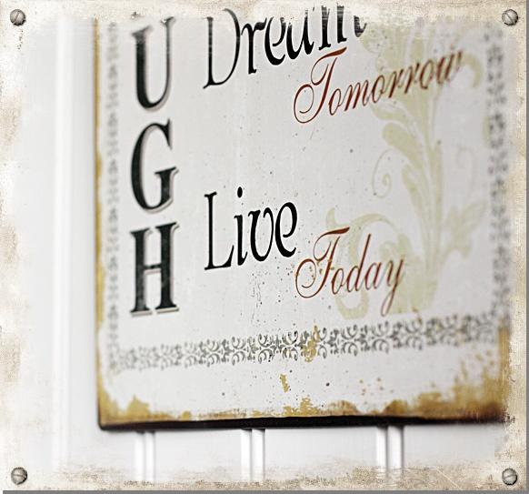 Härlig plåtskylt med texten: Laugh, Cherish Yesterday, Dream Tomorrow, Live Today #shabbychic #interior #sign