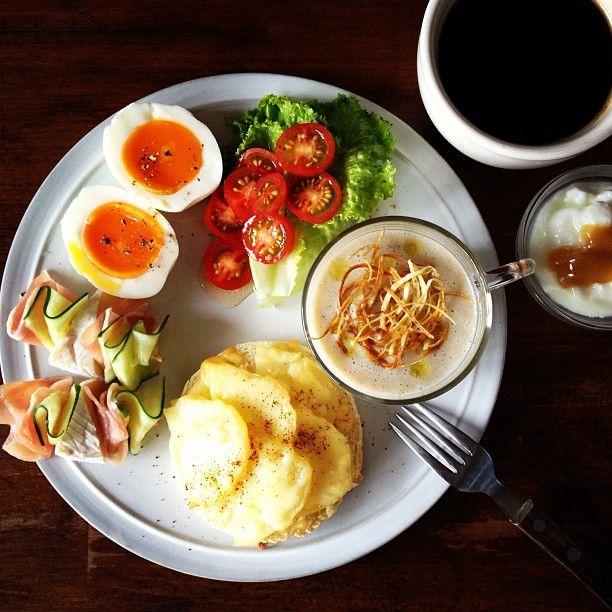 Today's breakfast. Burdock Soup. 自分で作るポタージュの中ではごぼうが1番好きかも。パンはじゃがいもチーズ。 - @keiyamazaki- #webstagram