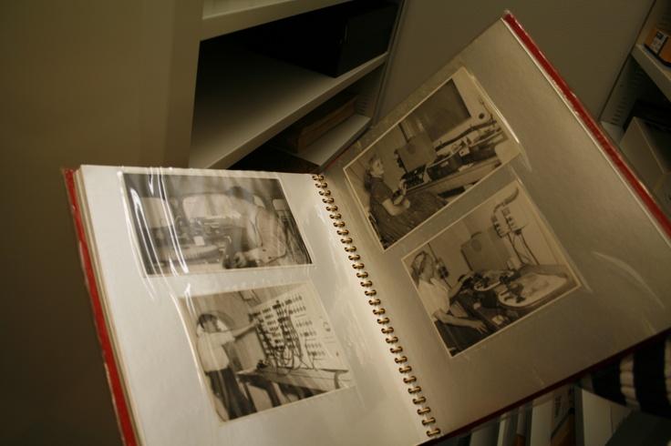 Vanhoja valokuvakansioita valokuva-arkistosta. Kuva: Krista Määttä/Fatima Salah