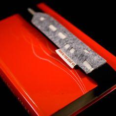 segnalibro in feltro con fascia elastica e tasca portamatita