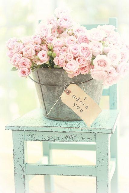 zinken emmer met een boeket van rose bloemen