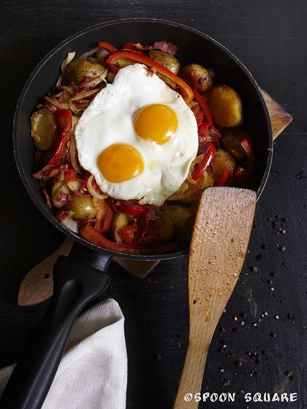 Jajka sadzone z chorizo, ziemniakami, papryką i cebulą, sunny-side up eggs with chorizo, potatos, onions and pepper
