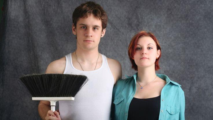 Zwei Jugendliche mit Besen