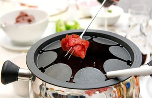 Pour une excellent fondue bourguignonne, voici les 5 éléments à prendre en compte. Sauces, caquelon, viandes, huiles, accompagnements