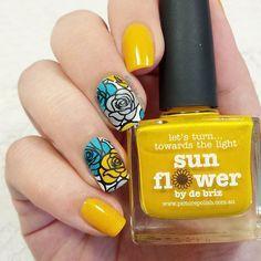 Sun Flower en version nail art, avec un reverse stamping de roses grises et teal. J'adore son côté un peu vintage !  #nail #nails #nailart #nailpolish #polish #polishaddict #rose #flowers #vintage #reversestamping #sunflower #picturepolish #teal