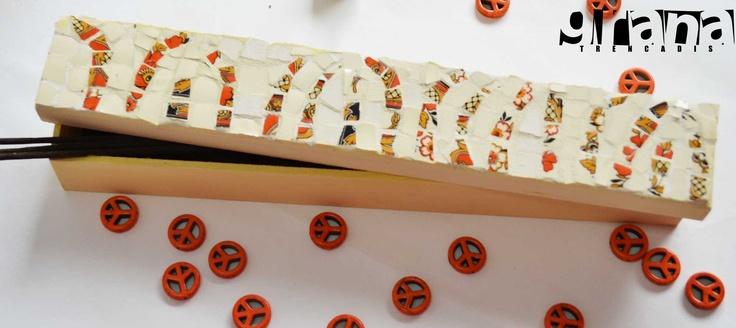 Porta-sahumerios intervenido a través de la técnica picassiette con piezas únicas de vajilla rota.