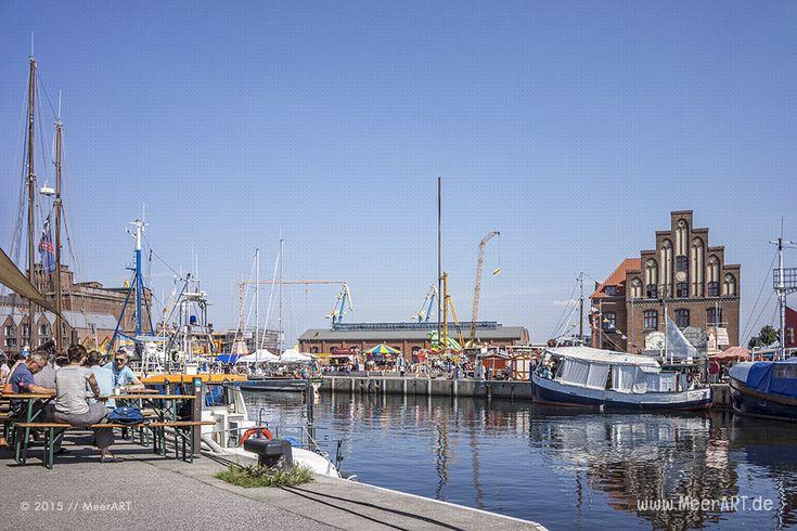 Schwedenmarkt im Hafen von Wismar // #Ostsee #Wismar #Altstadt #Hafen…