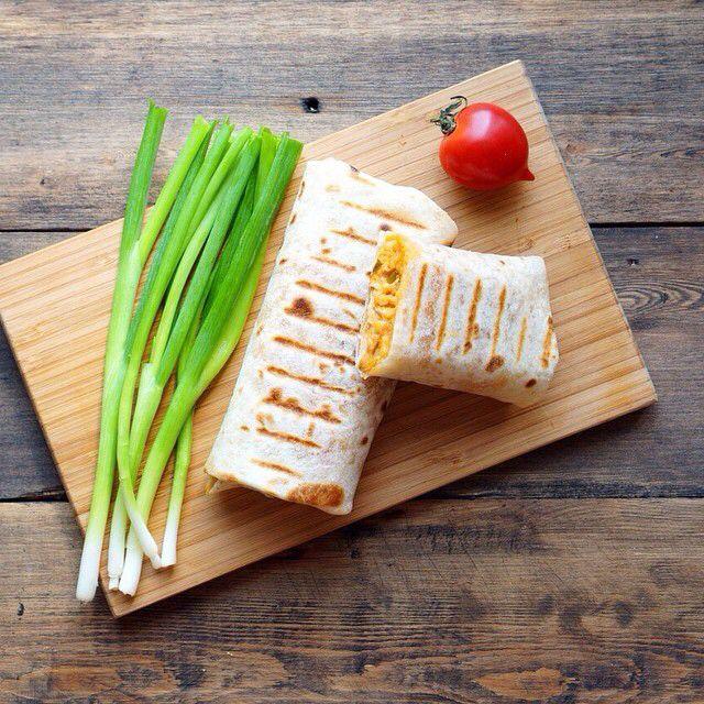 Буррито✨ Буррито (уменьшительное от исп. burro — осёл; «ослик») — мексиканское блюдо, состоящее из мягкой пшеничной лепёшки (тортильи), в которую завёрнута разнообразная начинка, к примеру, фарш, пережаренные бобы, рис, помидоры, авокадо или сыр. По желанию в блюдо также добавляется салат, сметана и сальса на основе перца чили. В отличие от фахиты, буррито подаётся уже готовым, с начинкой внутри, в то время как для фахиты начинку подают отдельно от тортильи, и каждый самостоятельно выбирает…