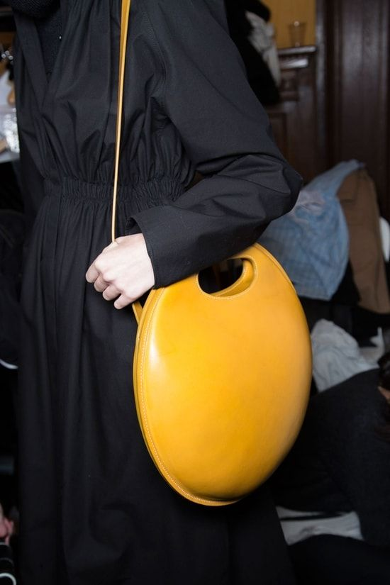 Une cuvette à WC en sac à main???  Le sac rond mandarine du défilé Lemaire