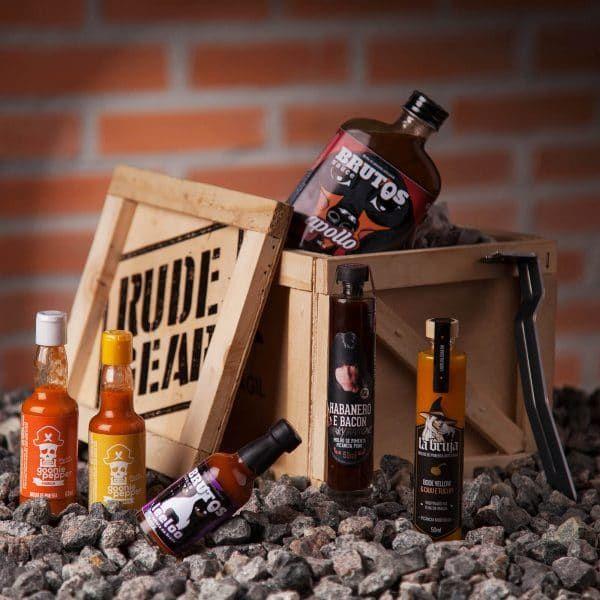 Rudepepper é um kit de presente para o Rude que é destemido. São 6 molhos diferentes para experimentar. Aproveite!    #rudegear #rudepepper #pimenta #molho #receita #presente #pepper #picante #destemido #rude #criativo #diferente