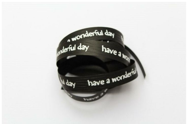 Mooi papieren lint met de tekst ´ Have a wonderful day´. 15 mm breed en 1 meter lang.