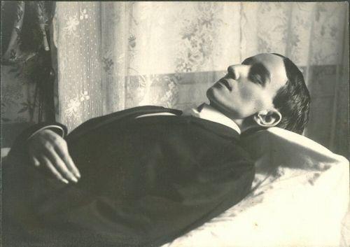 'L@S BELL@S DURMIENTES' En el año 1837 se inventó el daguerrotipo de manos de Daguerre; las personas empezaron a pasar a la posteridad. Aunque se trataba de un lujo que no estaba al alcance de todos, resultaba más económico que los retratos al óleo, muchísimas más personas podían permanecer sobre el papel inmortalmente. Post de Yolanda Trigo de http://qomomolo.blogspot.com.es/