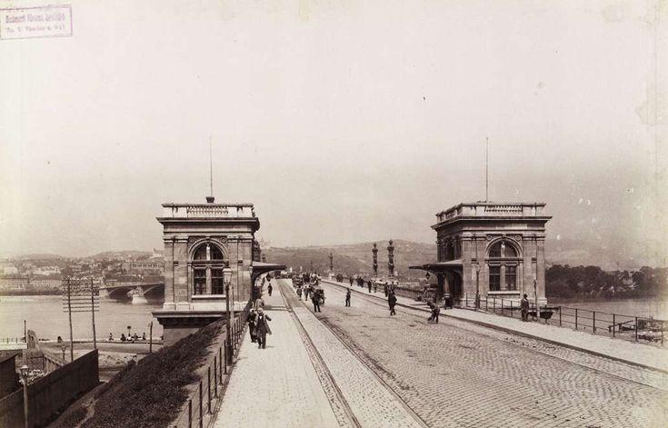 Margit híd pesti hídfője a vámházakkal. Távolban a budai hídfő felett látható a Gül Baba türbéje köré épített Wagner villa. A felvétel 1890-1894 között készült. A kép forrását kérjük így adja meg: Fortepan / Budapest Főváros Levéltára. Levéltári jelzet: HU.BFL.XV.19.d.1.07.099