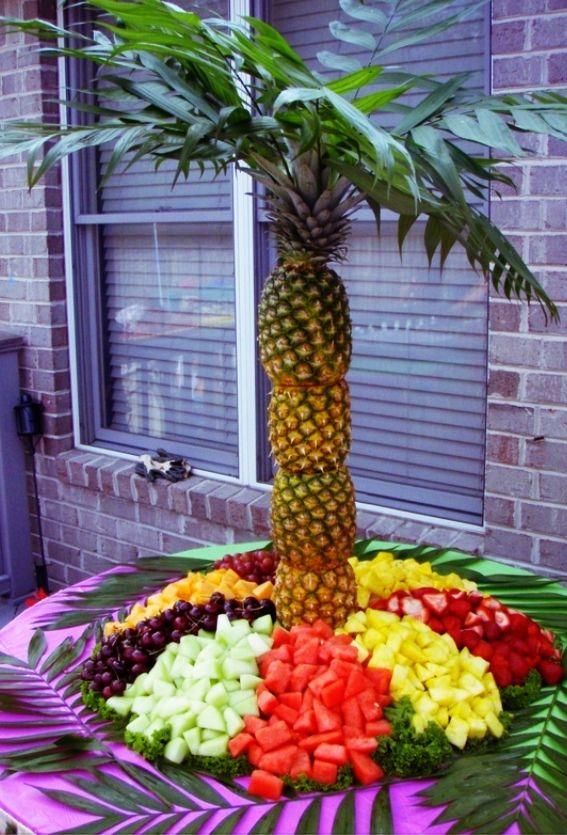 Masse oppskjært frukt (ananas/palmetre eller blad-stæsj rundt er unødvendig)