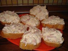Hermelínová pomazánka (lepší jak kupovaná ) - Pracovní postup Cibuli, hermelín, měkký salám, tavený sýr a vajíčka nakrájíme na jemno. Dáme do misky a přidáme majonézu (dávám min.2 lžíce) a sůl a pepř podle chuti.