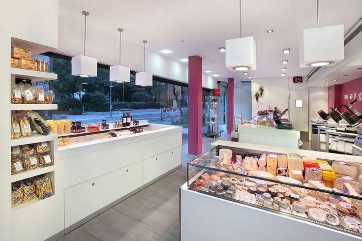 Dos zonas de venta separadas : autoservicio y venta tradicional. Mobiliario singular : un mural con fondo negro y una vitrina de autoservicio para cocinados. ELEMENTOS EXCLUSIVOS, dentro de una ambientación luminosa, muy limpia y con un atractivo contraste de color blanco/rosa