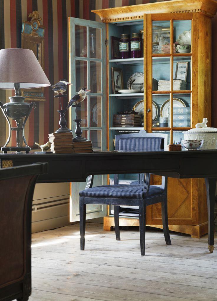 Nytillverkat björkskåp i empirestil. På väggen vävspänt sidentyg. Vid skrivbordet empirestol klädd med hästtagel.