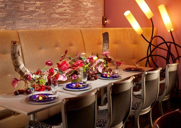 """Stilvoll und elegant: Tischdekorationen mit Anthurien.  Die Verwendung dieses Bildes ist für redaktionelle Zwecke honorarfrei. Veröffentlichung bitte unter Quellenangabe: """"Fachverband Deutscher Floristen e.V./ Blumenbüro"""