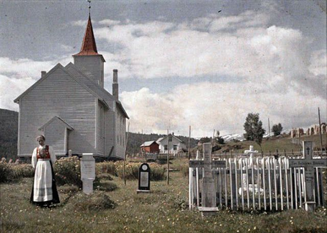 In 1910, Auguste Leon visited the German scientist and photographer Adolf Miethe, who helped to invent the flash camera. He used a different, much more rare, the method of color photography - color separation, ie filmed on a triple plate through color filters.  Here are some rare and interesting color photos of Norway circa 1910 in A. Miethe's collection.