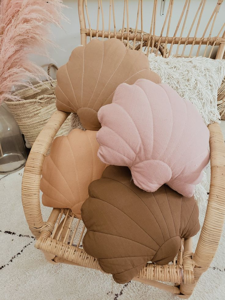 Weekend finds alles in zachte kleuren - One Hand in my Pocket Diy Pillows, Decorative Pillows, Accent Pillows, Cushions, Dusty Pink, Dusty Rose, Painted Wooden Signs, Home Furnishing Stores, Hand Embroidery Videos