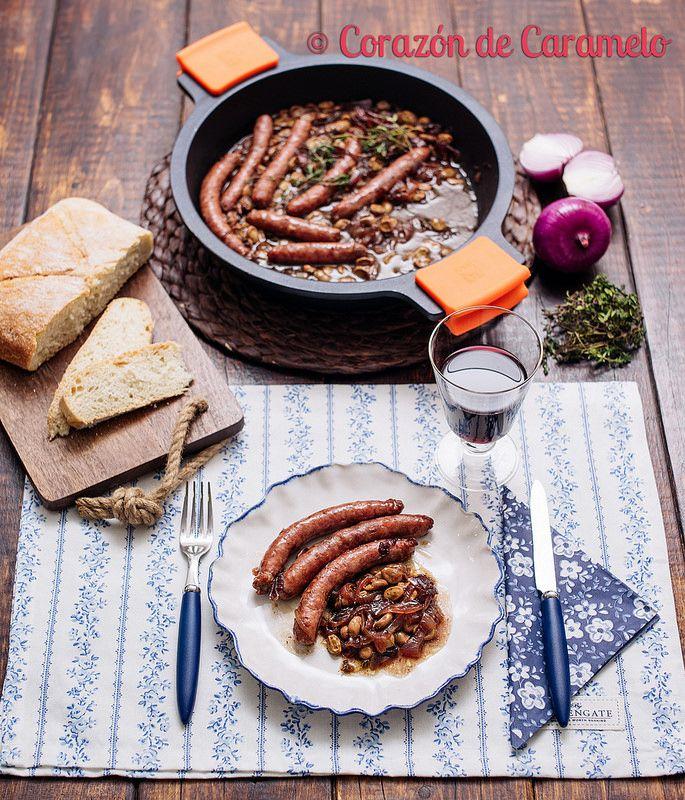 Salchichas con Vino y Habas Tiernas y Cebolla Caramelizada