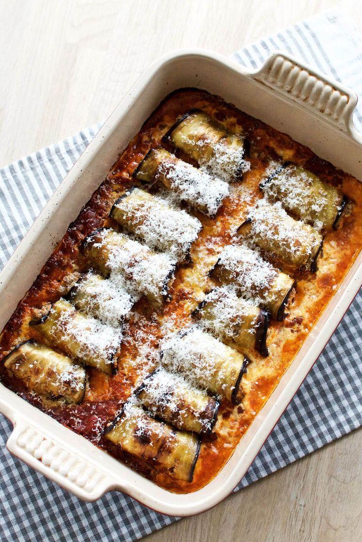 Aubergine er typisk brugt i moussaka eller ratatouille, men her har jeg lavet små ruller af aubergine med ricotta i en intens tomatsauce.