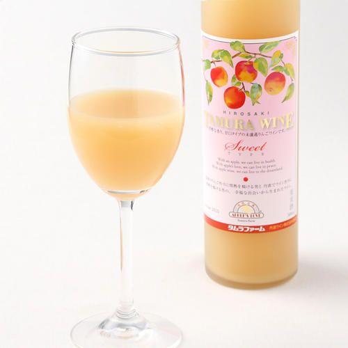京都のワイナリー「丹波ワイン」と共同開発をして誕生しました。日本一の産地である青森県弘前産の完熟りんごを使用し、りんごの風味を生かすために未ろ過で詰めたアップルワインです。爽やかな酸味と柔らかな苦味がバランス良く、ほのかにサンふじの甘味が香ります。※未ろ過のため、瓶の底にオリがたまりますが、品質上問題はございません。