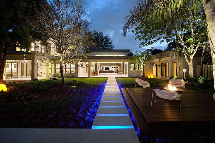 Садовая дорожка из бетонных плит с подсветкой