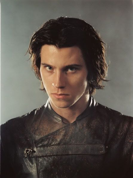 Varnion Úrimanar. Half-elf, curly brown hair and gray eyes. Younger brother to Noruiel.