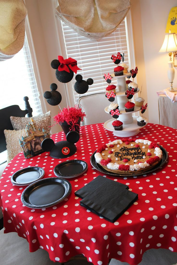 Mickey Mouse party cupcakes and decor!  I love it . Someone can throw Me a birthday pay like this :) (via #spinpicks)  For my niece Maeve. She loves Mickey!