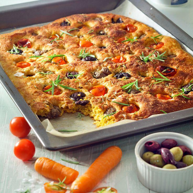 Porkkanasose mehevöittää focaccian. Tomaatit, oliivit ja rosmariini antavat leivälle väriä ja makua.